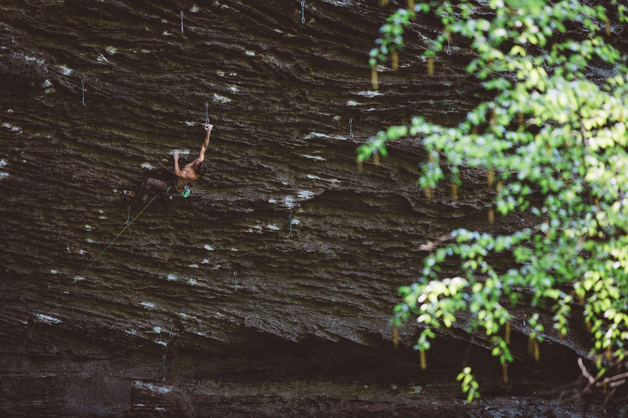 Jim à deux doigts d'enchaîner Madness 8a+, les prises du crux perpétuellement mouillées l'empêchant de l'achever. Photo by Michael Lim |www.MLimPhoto.com