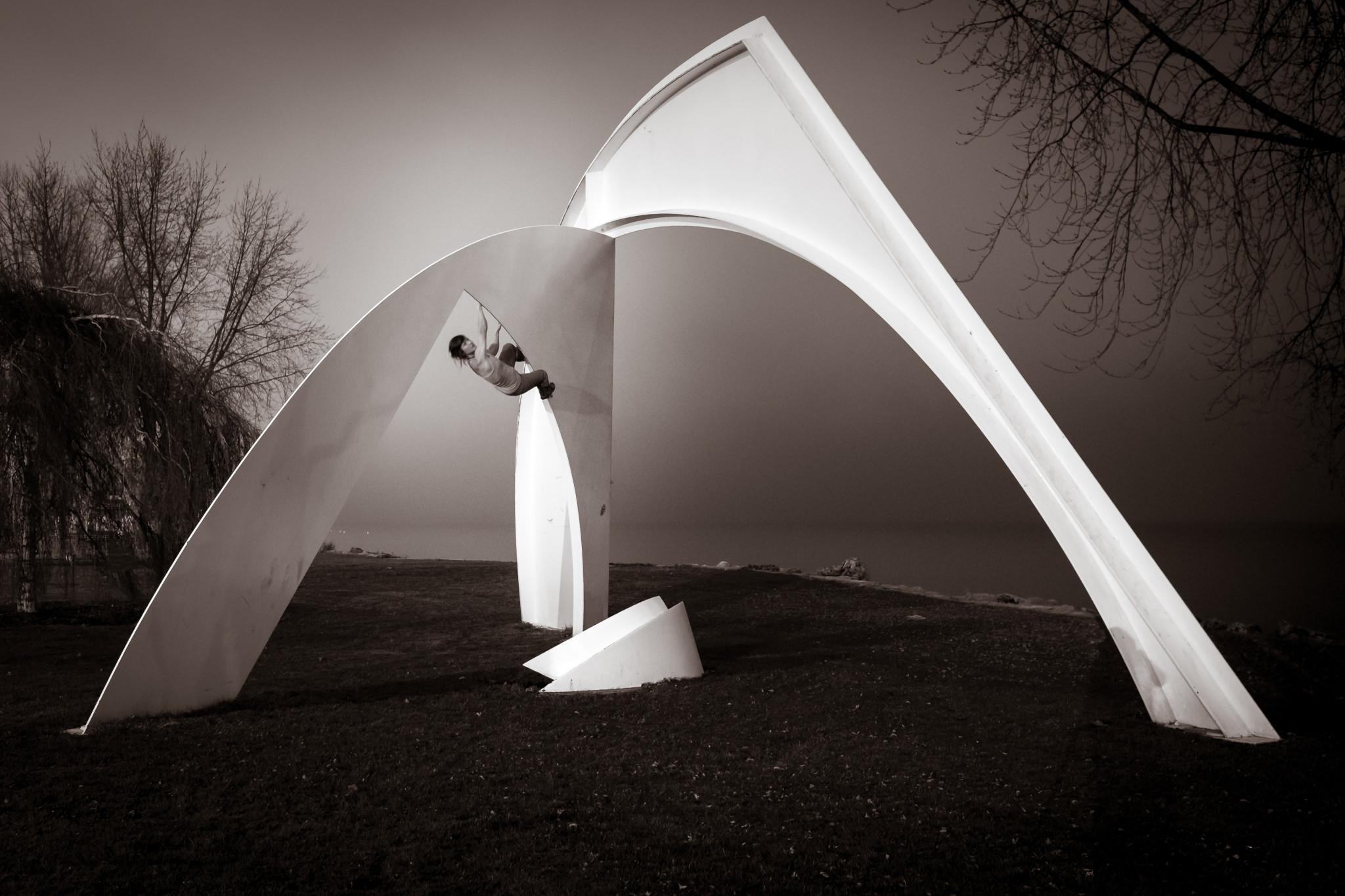 Quand les sculptures de ton université deviennent ton terrain de jeu!   Photo : Lucas Perrin