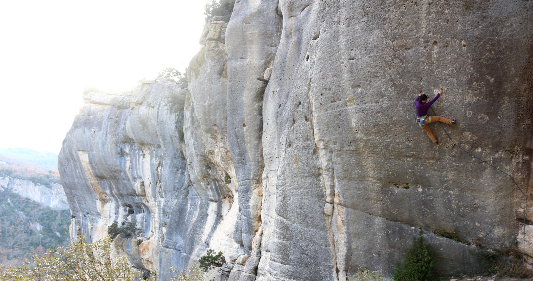 Une falaise toutefois propice à la raclée ;) Ici en  pleine galère dans Rêve de Papillon 8a
