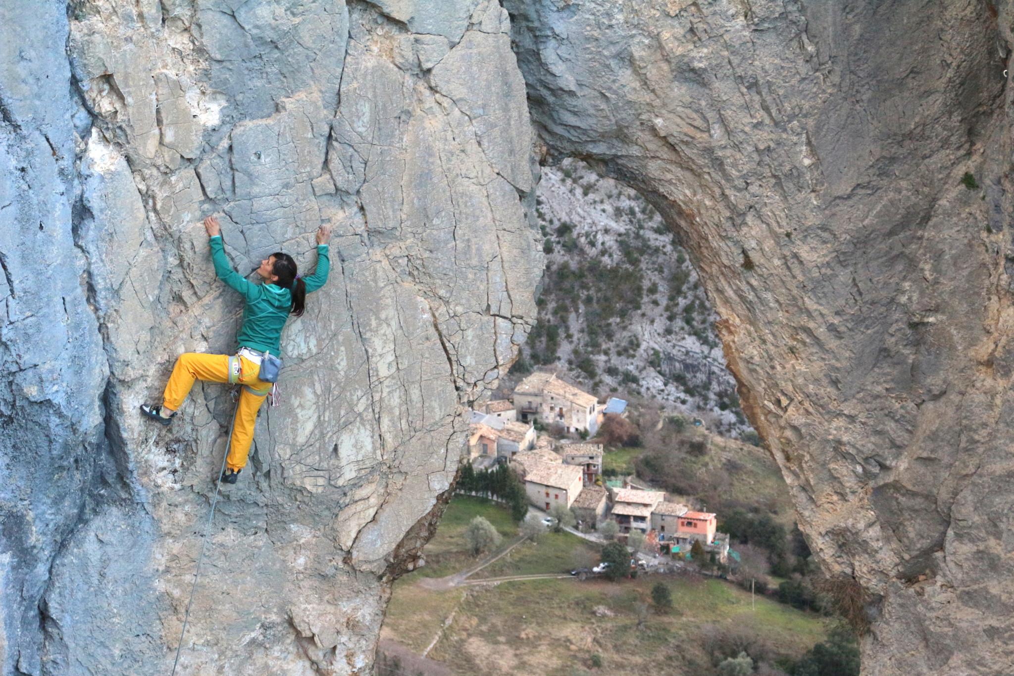 Ici à Perles, un rocher à quelques kilomètres d'Oliana. Moins de voies pour grimpeurs mutants mais une qualité de rocher bien meilleure. Une vraie perle catalane :)